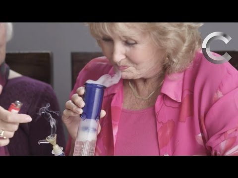 Miniatura del vídeo Grandmas Smoking Weed for the First Time