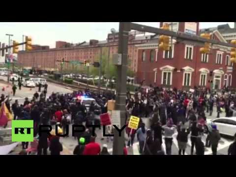 USA: Protesters attack police cars as tensions flare in Baltimore