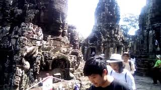 Tham quan khu đền Angkor Thom .