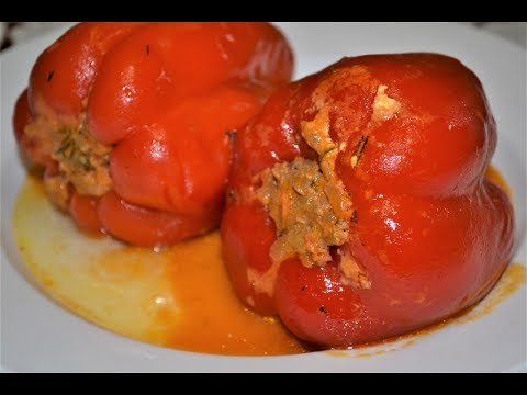 Фаршированный перец с мясом и рисом в сметанном соусе.