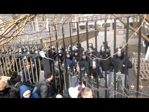 Народ блокирует боковой вход в ДонОДА