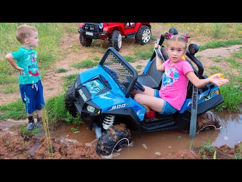 Melissa ride on children's car and stuck in the ground Arthur tows on the jeep Wrangler