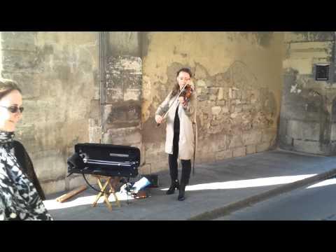 une musicienne dans la rue - Paris - Le Marais