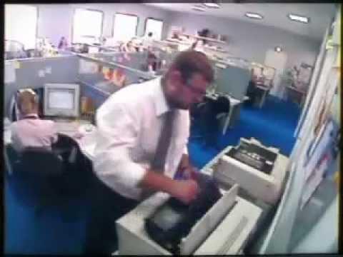 Офисный работник сорвался и разнес офисную технику.flv