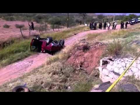 Volcadura con atrapados en carretera a Delicias