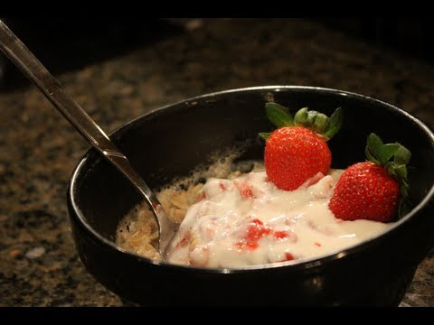 10 Minute Bodybuilding Oatmeal Breakfast:  Strawberry Shortcake Oatmeal