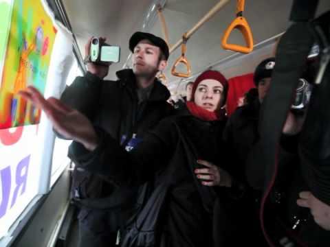 Plimbare cu busul pentru Pussy Riot