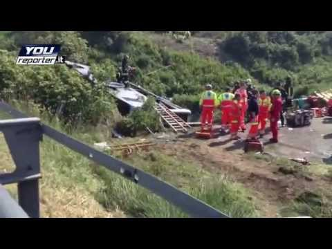 Pullman si ribalta ed esce di strada su A13 morti e feriti - Video Youreport.it.
