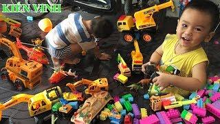 Bé chơi đồ chơi xe cần cẩu   Xe máy xúc   Xe tải chở cát   Xe cứu hỏa
