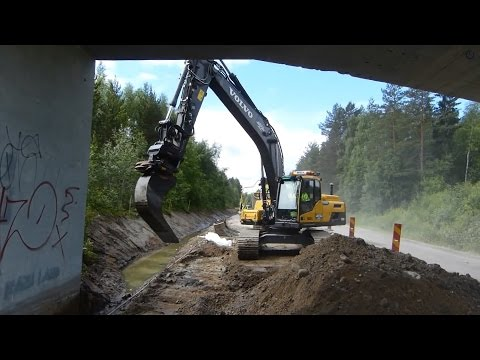 Volvo EC250DL at a roadwork with oilquick rotortilt