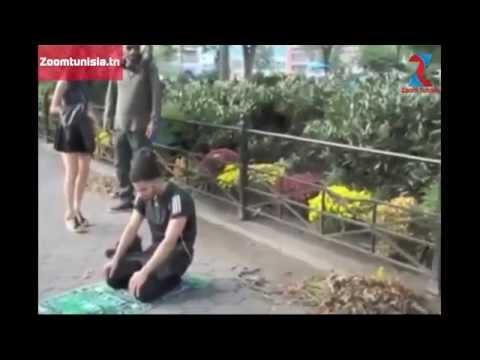 شاهد ردة فعل الأمريكان عندما شاهدوا شاب مسلم يصلي في الأماكن العامة .. مؤثر (مترجم للعربية ) thumbnail