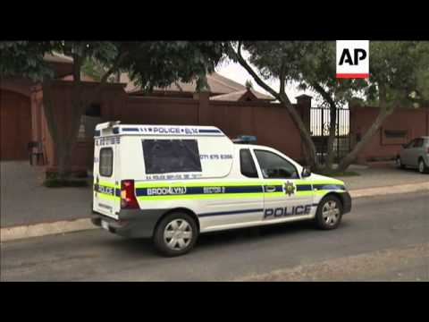 Car believed to be carrying Pistorius leaves home as athlete reports to authorities
