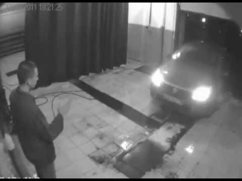 Женщина за рулем придавила мойщика
