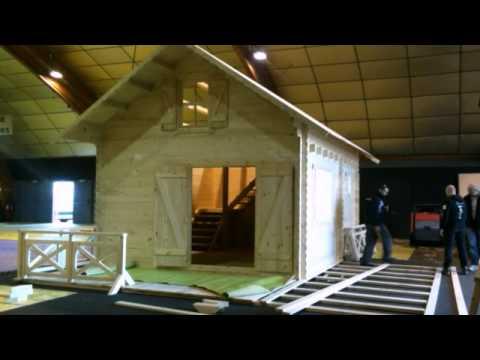 montage construction d 39 un chalet bois en kit avec. Black Bedroom Furniture Sets. Home Design Ideas