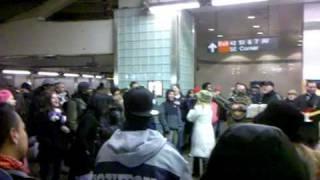 Thumb Músicos callejeros tocan Hey Jude en el Metro del Times Square, Nueva York
