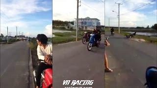 Quái xế đua xe rớt nài vì nằm xòe trên yên xe