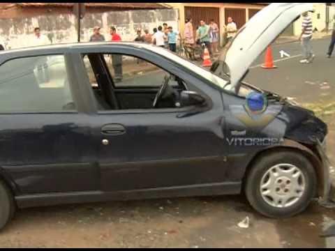 Veículo fura sinal de pare, provoca acidente e fica preso entre poste e prédio