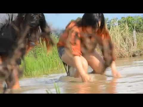 gadis desa cantik main di sawah tangkap ikan gabus dengan mudah. thumbnail