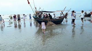 Minh Thư đi dạo trên bờ biển xem ngư dân gỡ tôm cá đánh bắt ngoài khơi về