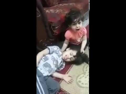 مروع جدا طفل يمزح مع اخته الصغيرة على انه مات thumbnail