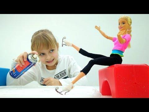 Игры в куклы - Барби учится кататься на коньках