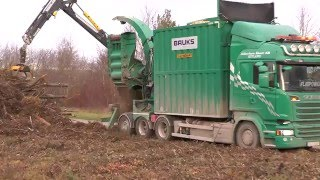 Scania R730 V8 operates a Mill Green chipper to be a heat works outside Visby Dec 2015 Part 2
