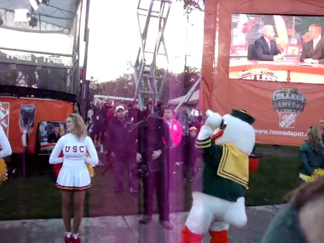 The Duck loves his shakeweight during ESPN College Gameday 10-30-2010