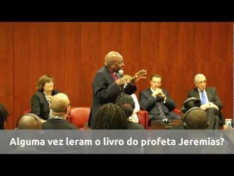 Desmond Tutu entrega diplomas da Academia Ubuntu