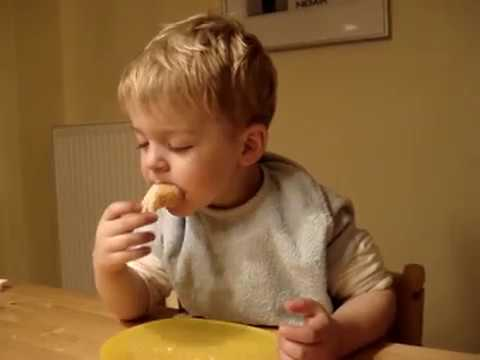 kind schl ft beim essen ein child falls asleep when eating but he eating further youtube. Black Bedroom Furniture Sets. Home Design Ideas