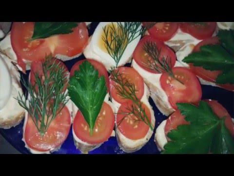 Бутерброды с помидорами для закуски к вашему столу.