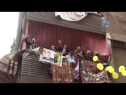 الأهالي يلقون البلالين و الحلوى من الشبابيك على مسيرة امبابة