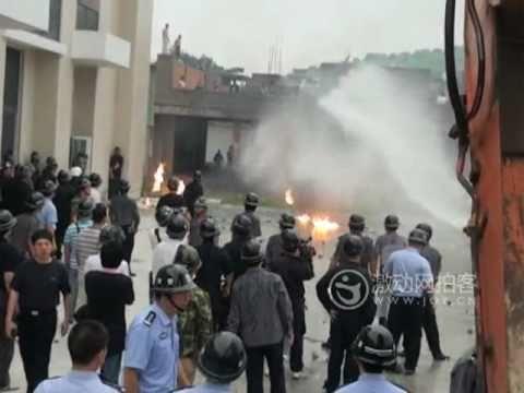 福建村民扔闆磚燃燒彈抗拆遷