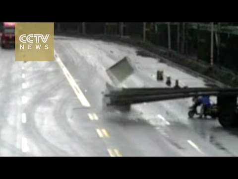 Footage: Car roof ripped off in an accident