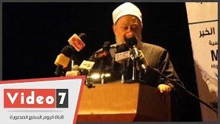 بالفيديو.. على جمعة مداعباً محمد هنيدى: