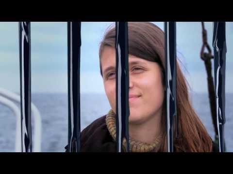 www.greenpeace.org.ar Los argentinos Camila y Hernán fueron acusados de piratería y vandalismo por la justicia rusa, junto a 28 compañeros, después de realiz...