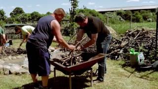Holzkohle selber herstellen im Kon-Tiki zum Erdbeerfest 2016 mit Haiko Pieplow