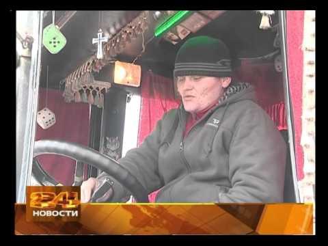 Трактор-вожак работает в Иркутске.