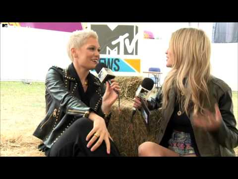 Jessie J - Interview with Laura Whitmore (V Festival 2013)