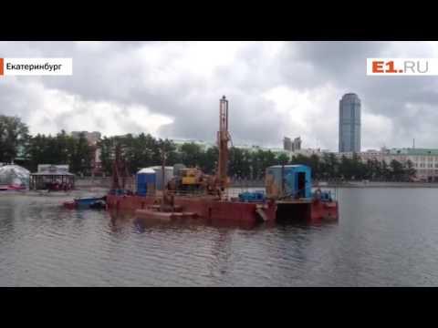 Буровая установка работает на Городском пруду возле Динамо