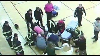 Otäcka basketskadan - 14-åringen fastnar i golvet