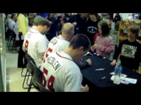 Chipper Jones, Tim Hudson, Kris Medlen and others signing autographs