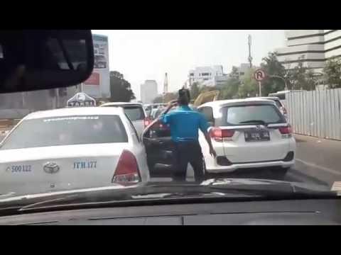 UNIK , Kelakuan supir Taksi Saat Lampu Merah