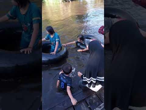 Mandi di sungai thumbnail