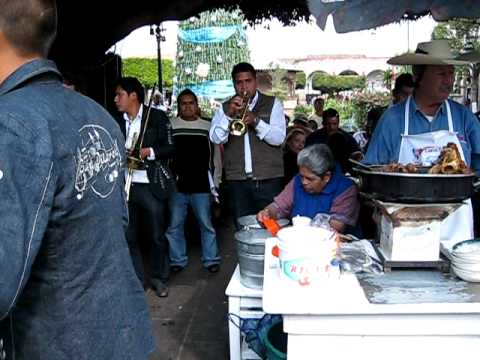 Lennin haciendo carnitas estilo Michoacan