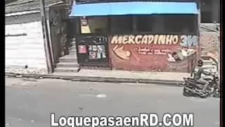 Ladrón va a robar una tienda y lo tiran por la ventana