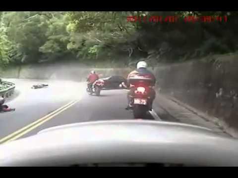 Voiture contre moto dans un virage.