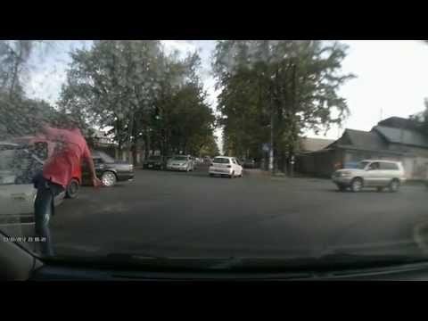 Водитель пнул виновника аварии по лицу. ДТП на Чапаева — Гагарина