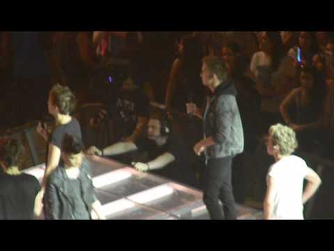 One Direction - Twitter Questions Barcelona (Dancing la Macarena, Liam Beatboxing..)