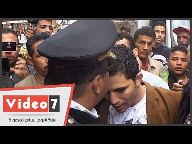 عميد شرطة يقبل رأس صاحب محل بعد اعتداء أمين شرطة عليه