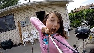 Increíble: niña se arranca un diente atándolo a una flecha